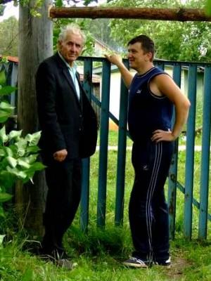 дер. Озеро,23.07.2006г. Стар и млад ворота чинят. На Озере у Миронова... (фото Самедова О.С.)