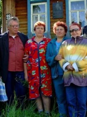 Деревня Озеро, 23.07.2006г. У дома поэта Миронова В.К.(1946-2005). Ровно через неделю этот дом уничтожит пожар... (фото Самедова О.С.)