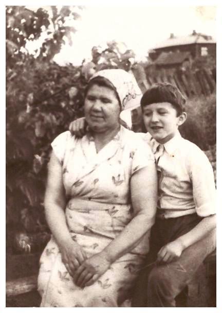 С бабушкой Дусей, на её огороде, под яблонькой... июнь 1983г.