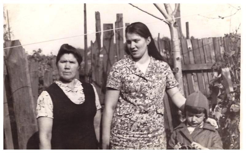 1977г., пос.Сухобезводное,ул.Советская 57, с мамой и бабушкой.