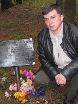 Санкт-Петербург, 17-19.05.2008г. Левашовское кладбище, у могилы поэта Бориса Корнилова.